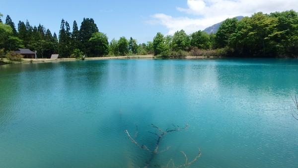 神秘的なエメラルドグリーンのしろ池