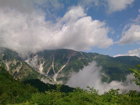 鑓温泉からの下山中、チラッと稜線が♪