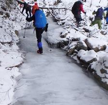 南沢小滝から流れる氷の川