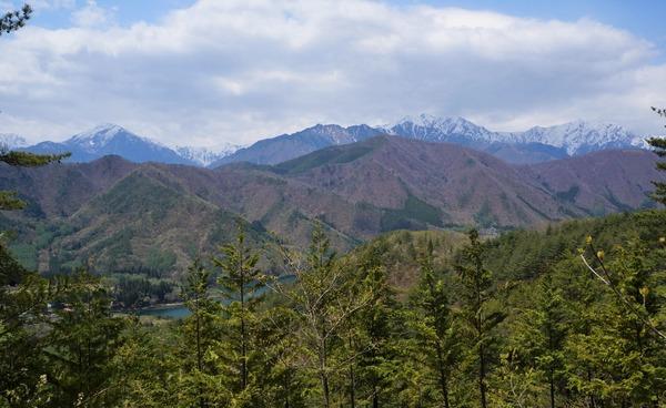 居谷里山の山頂から北アルプスを望む