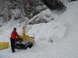 除雪機で雪をかける