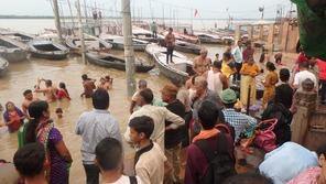 ガンジス川で沐浴する人たちと、見学する人たち