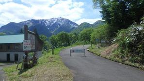 車止めのゲートの先を右に行くと登山道、まっすぐ進んでもOK