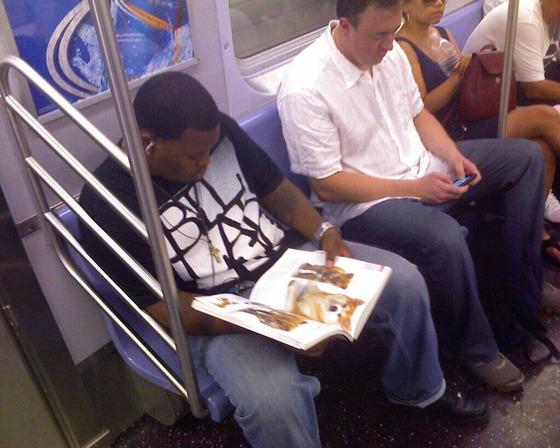 【悲報】陰キャさん、電車の中でとんでもない本を読んでしまう!