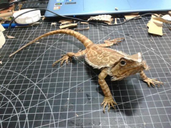 lifelike_bearded_dragon_made_out_of_cardboard_640_16