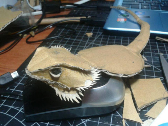 lifelike_bearded_dragon_made_out_of_cardboard_640_06