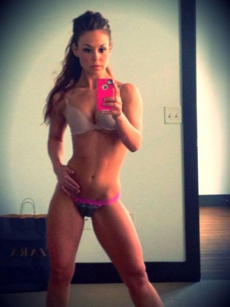 sexy_selfies_are_womens_gifts_to_men_640_29
