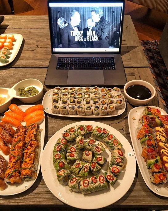 米国人「俺は日本のSUSHIが大好きなんだ。わさびを大量投入して100貫ぐらいぺろりと食べちゃうね」