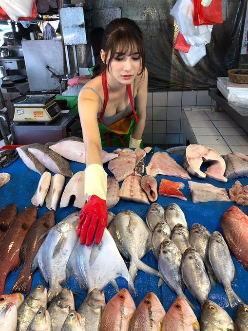 【悲報】台湾の魚屋さん、可愛すぎて台湾のお前らが殺到