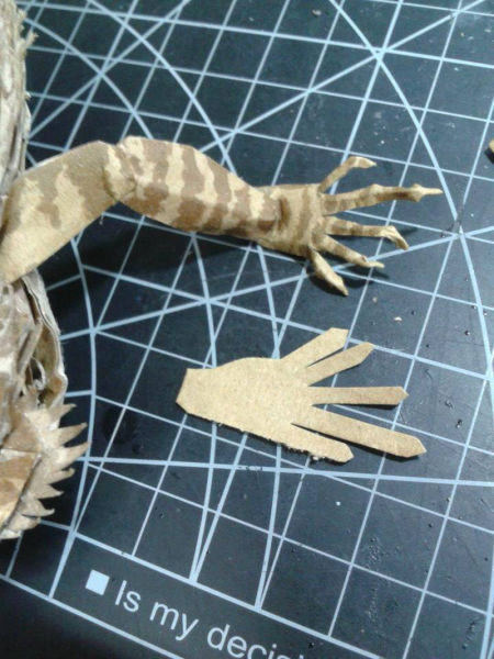 lifelike_bearded_dragon_made_out_of_cardboard_640_13