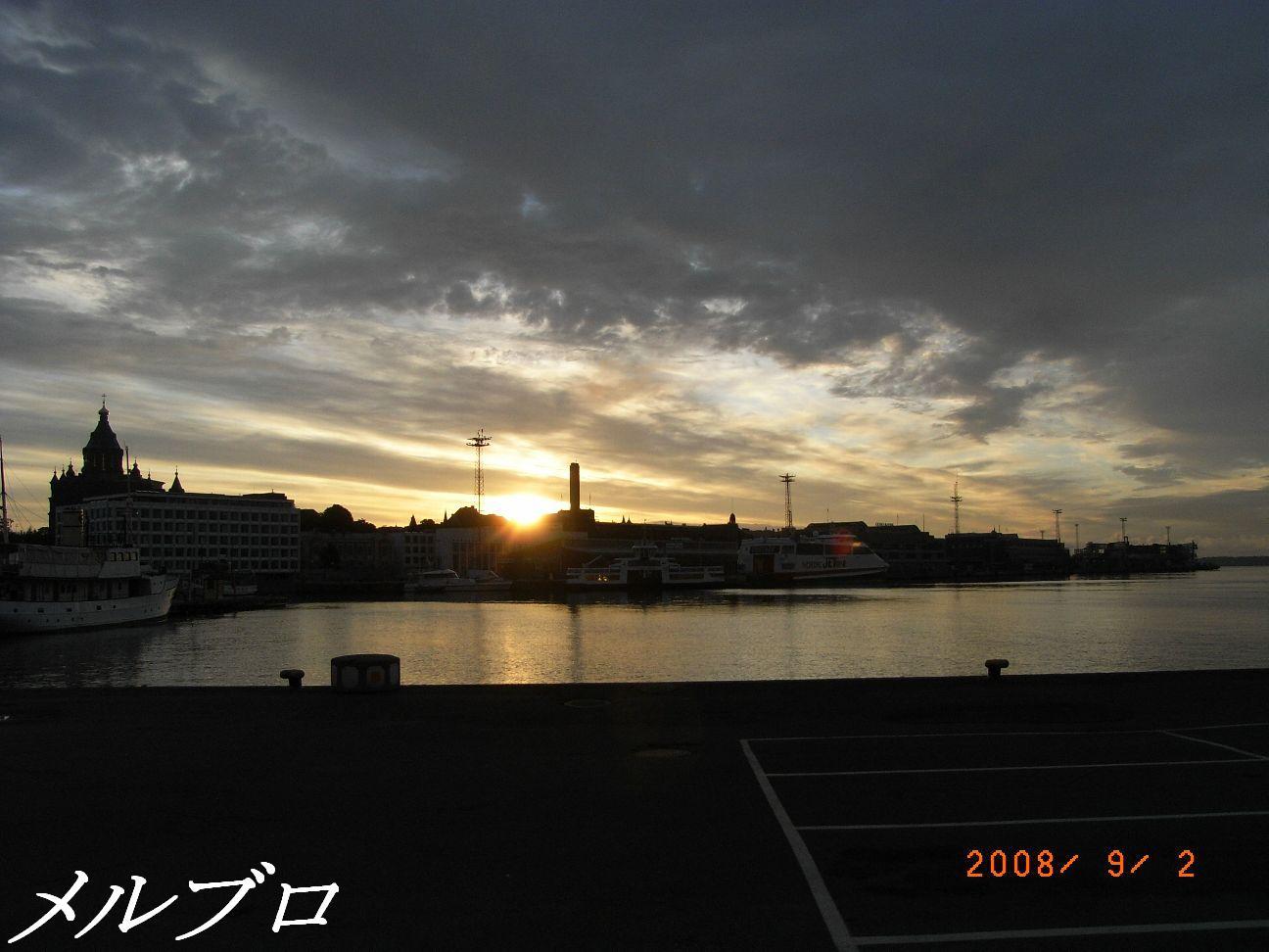 朝日が出た港