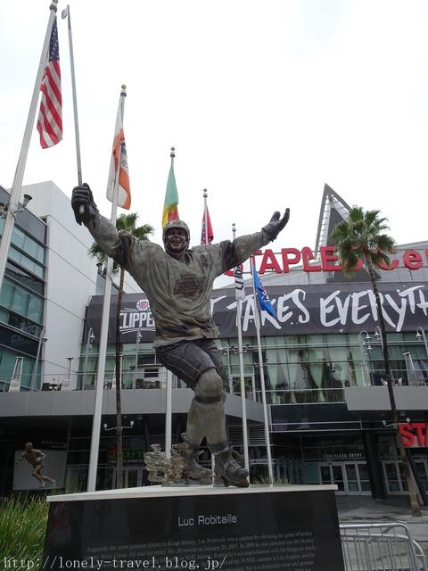 ステイプルズ・センターの銅像