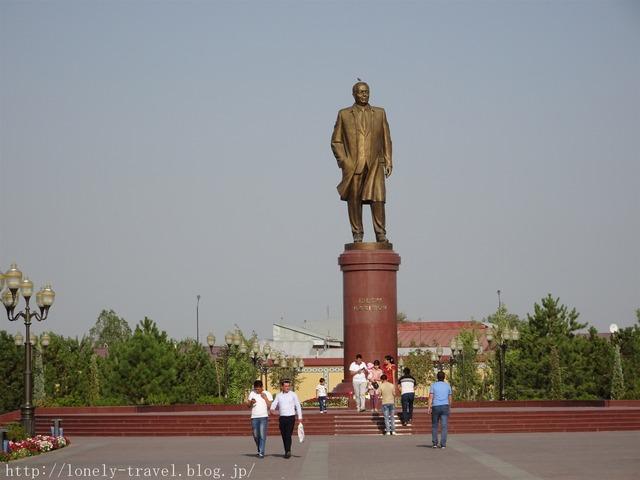 イスラム・カリモフ大統領像