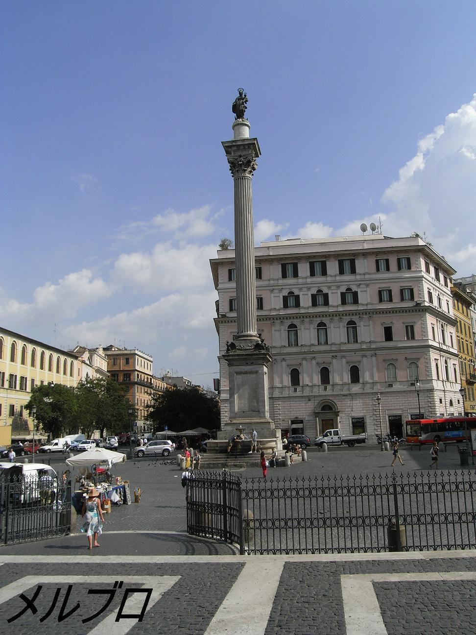 聖堂前の柱