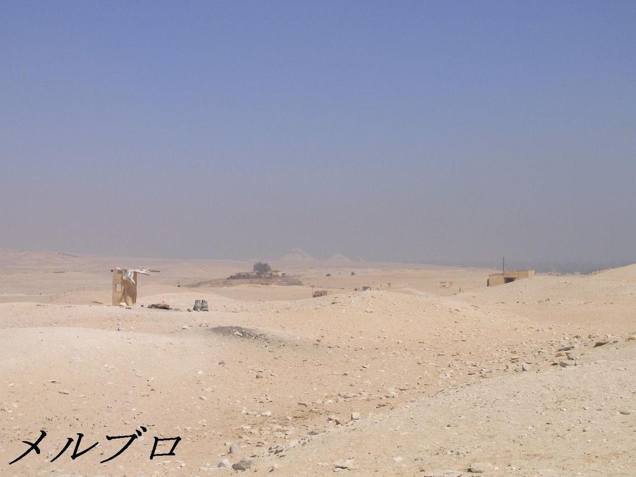 遠くに見えるピラミッド