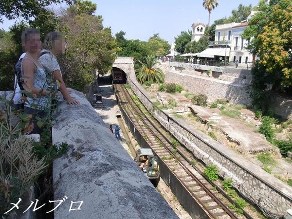 古代アゴラから見える地下鉄