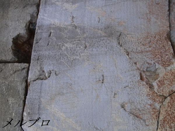 デルフィ遺跡 文字の書かれた石