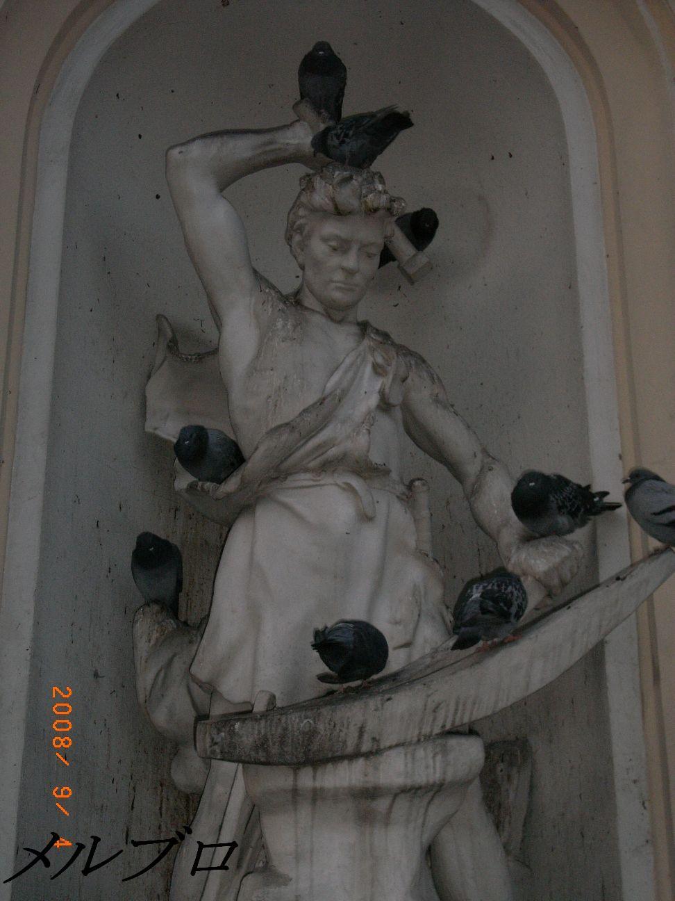 鳩が群がる銅像1
