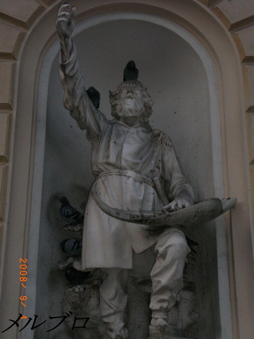 鳩が群がる銅像2
