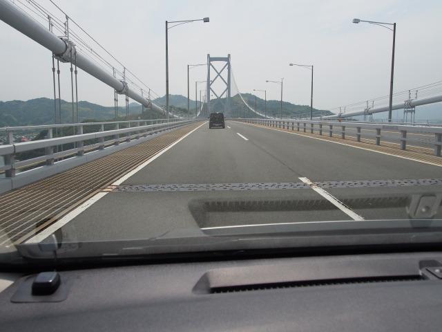 因島大橋を渡る