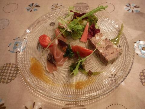前菜:生ハム干し柿添え・仔牛と鹿のテリーヌ&フレッシュサラダ