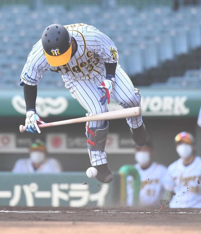 【悲報】阪神・糸原、死球を受けて退場