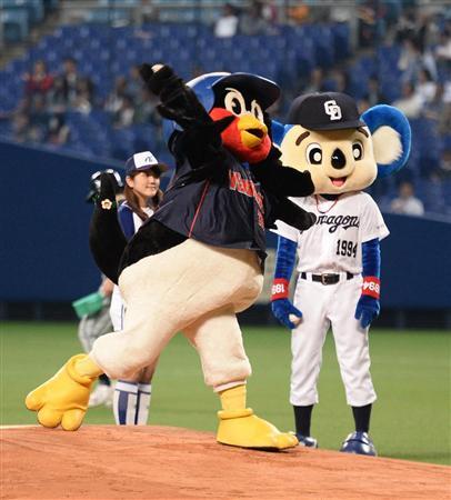 つば九郎始球式投球