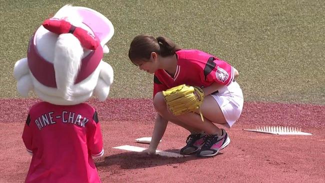 【悲報】稲村亜美さん、始球式後にマウンドを手で整備してしまう