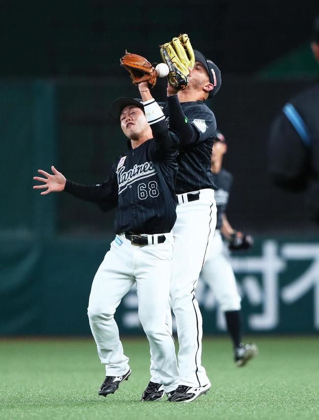 【写真】山野辺の打球をサヨナラを許す落球とする二塁手西巻と右翼手マーティン