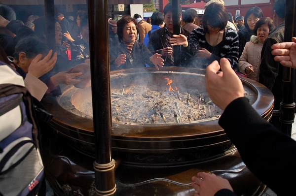 Incense urn in Sensoji (Photo credits to www.travelience.com)