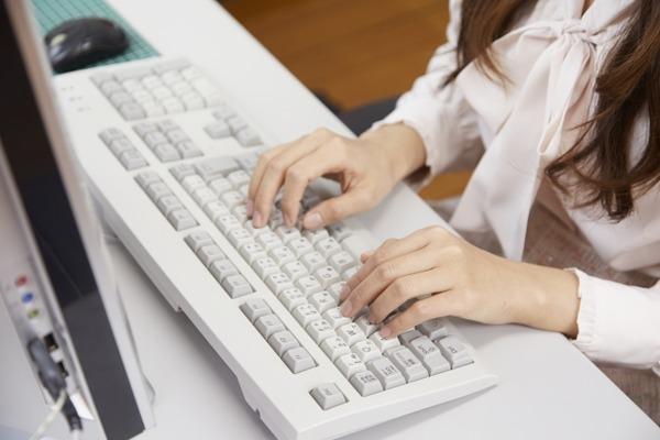 パソコンを使う女性の手元5