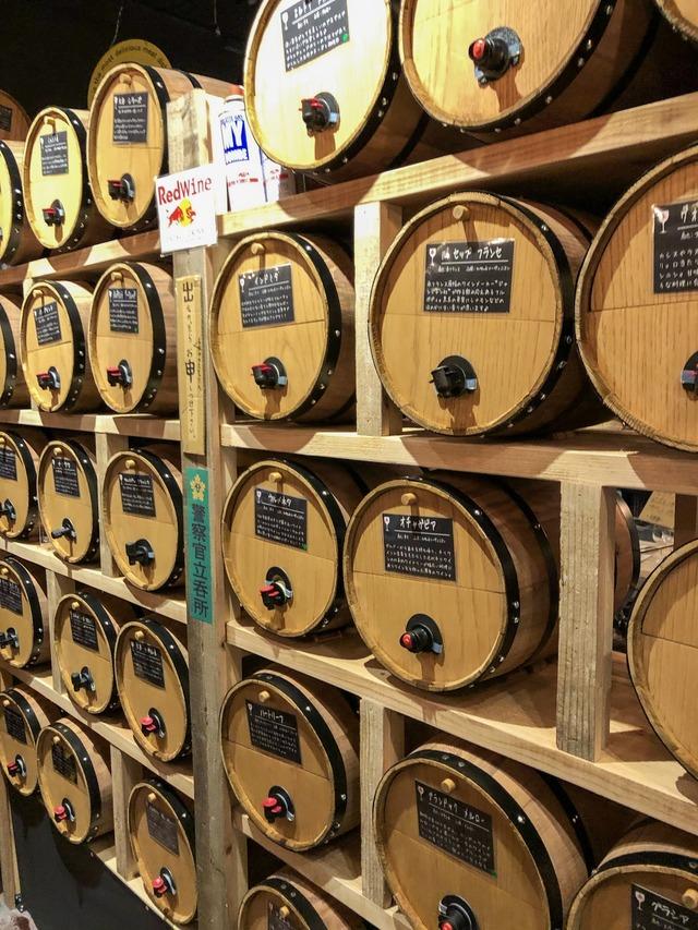 ずらりと並んだワイン樽