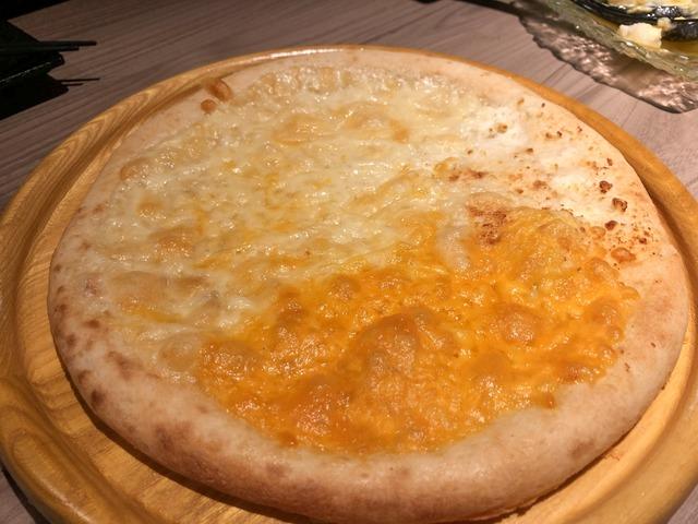 クアトロフォルマッジオのピザ
