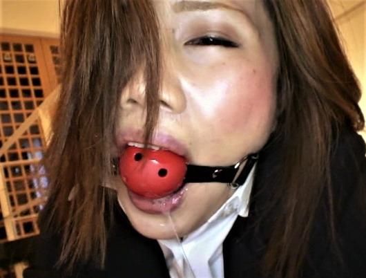 ボールギャグで唾液をたらす女性