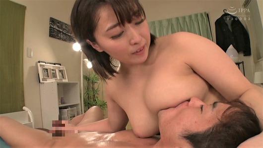 篠崎かんなが巨乳で授乳手コキ