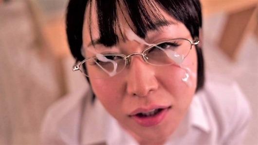 メガネの篠田ゆうに顔射