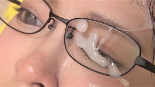 牧瀬愛の眼鏡に顔射