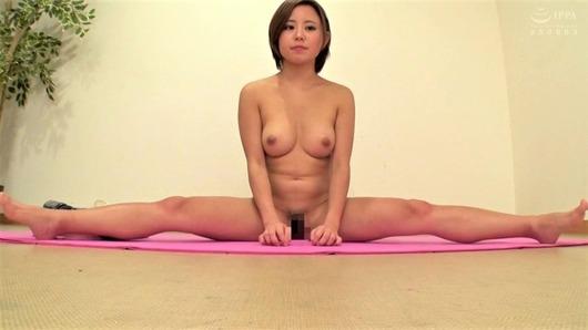 全裸で開脚する女性