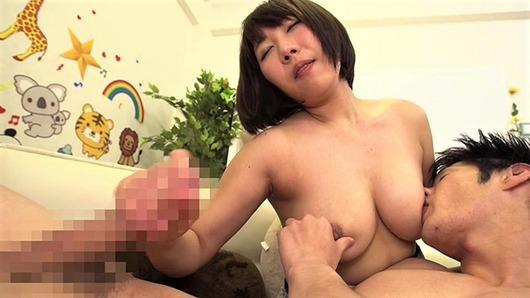 熟女の授乳手コキ