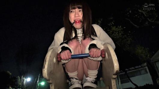 桜井千春が野外でボールギャグ