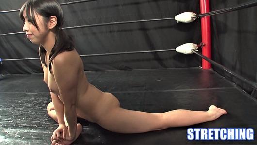 咲坂花恋が全裸で柔軟