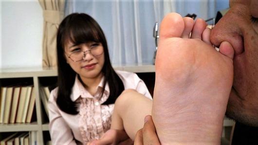 メガネ女子の足裏の臭いを嗅ぐ