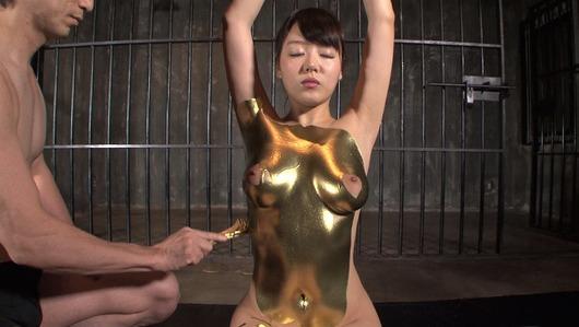 浜崎真緒の金粉プレイ