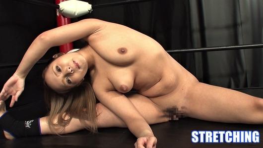 冴木エリカが全裸でストレッチ