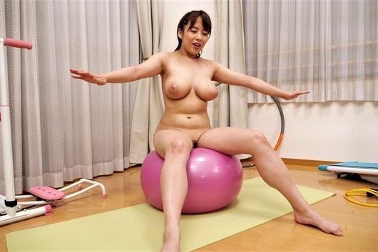 バランスボールをやる三島奈津子