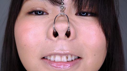 鼻フックの女のアップ