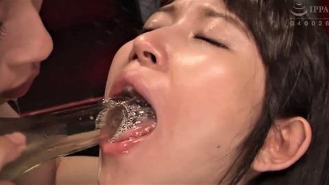 唾液で泡立つ深田結梨の口