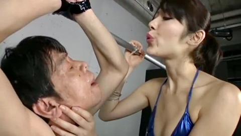 M男に唾を吐きかける宮瀬リコ