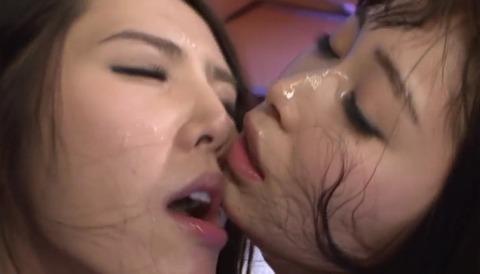 顔面が唾液でベトベトのレズビアン