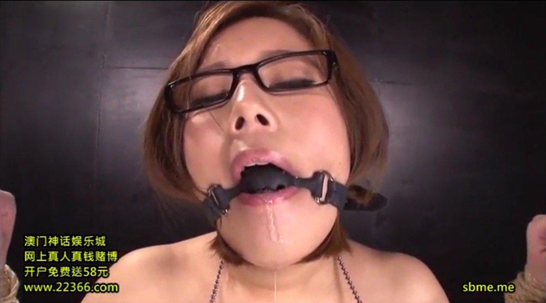 《塚田詩織》オモチャ責めで口枷から涎を垂れ流すスイカップメガネ娘女子
